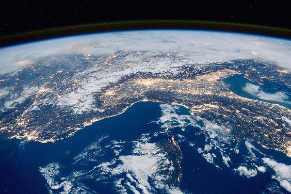 Tốc độ quay của Trái Đất tới 1.657km/h, nhưng vì sao chúng ta không cảm nhận được Trái Đất đang quay? - Ảnh 1.