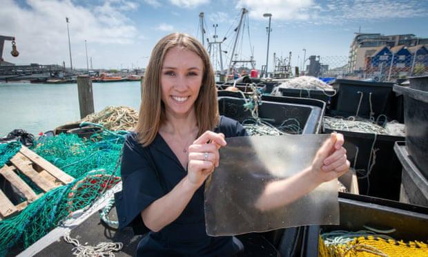 MarinaTex, thứ nhựa sinh học dễ phân hủy làm từ da cá và tảo sẽ cứu được Trái Đất - Ảnh 1.