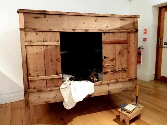 Tại sao nhiều người Châu Âu thời Trung cổ lại ngủ trong những chiếc giường hộp? - Ảnh 2.