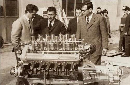 Bị nhà sáng lập Ferrari 'cà khịa' rằng cả đời chỉ lái được máy kéo, người đàn ông tạo ra siêu xe đầu tiên trên thế giới, mở công ty là đối thủ khiến Ferrari phải dè chừng - Ảnh 2.