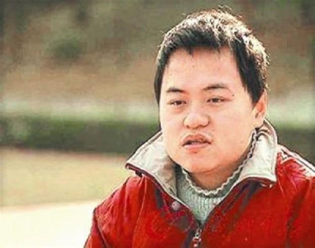 Cuộc đời thần đồng Trung Quốc bị hủy hoại vì sự bao bọc của người mẹ: 17 tuổi đã học thạc sĩ nhưng ăn phải có người đút, đánh răng cũng tận giường - Ảnh 1.