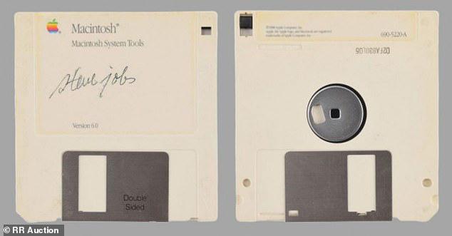 Nhờ Steve Jobs, chiếc đĩa mềm trông hết sức cũ kĩ này vừa được bán với giá gần 2 tỷ đồng - Ảnh 1.
