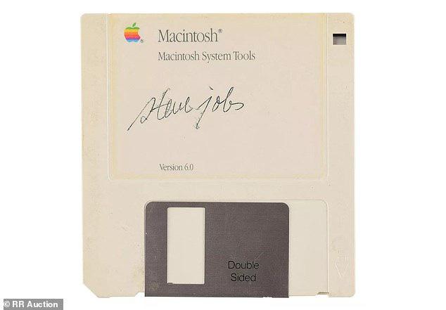 Nhờ Steve Jobs, chiếc đĩa mềm trông hết sức cũ kĩ này vừa được bán với giá gần 2 tỷ đồng - Ảnh 2.
