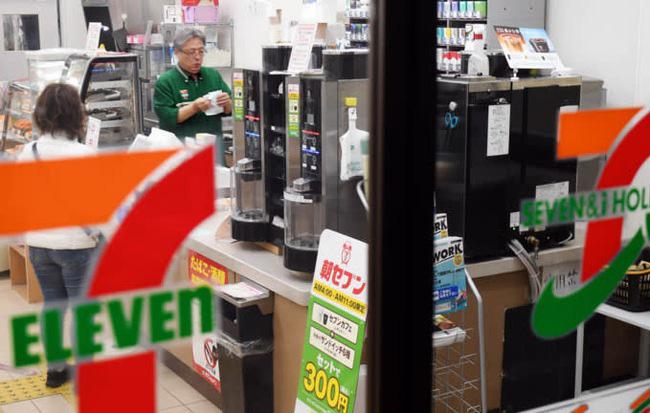 Sử dụng sai công thức, 7-Eleven tính thiếu lương cho 30.000 nhân viên suốt gần 50 năm - Ảnh 1.