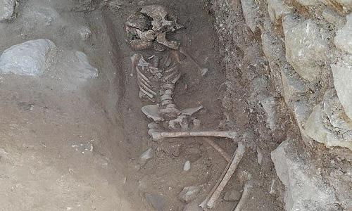 Phát hiện hài cốt trẻ em bị nghi là ma cà rồng, trong miệng bị chèn một hòn đá to để không đội mồ sống dậy - Ảnh 2.
