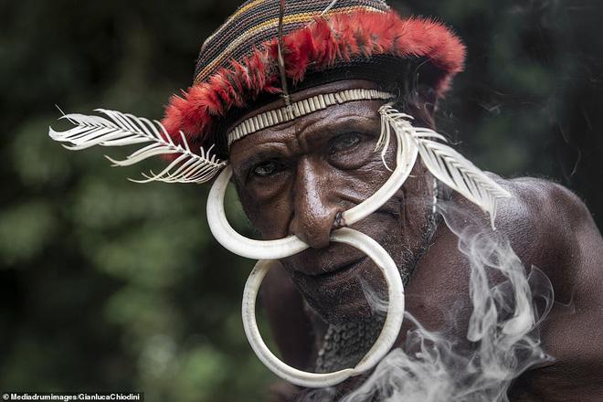 Bộ tộc có tập tục mai táng kỳ lạ nhất thế giới: Hun khói tổ tiên mỗi ngày để bảo quản xác, phụ nữ phải chặt một đốt tay khi người thân qua đời - Ảnh 1.