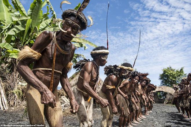 Bộ tộc có tập tục mai táng kỳ lạ nhất thế giới: Hun khói tổ tiên mỗi ngày để bảo quản xác, phụ nữ phải chặt một đốt tay khi người thân qua đời - Ảnh 2.