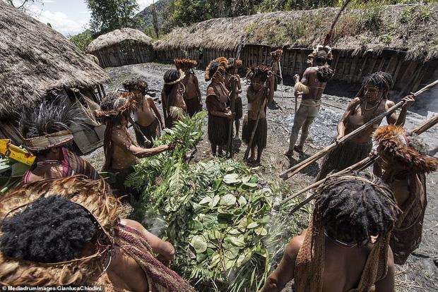 Bộ tộc có tập tục mai táng kỳ lạ nhất thế giới: Hun khói tổ tiên mỗi ngày để bảo quản xác, phụ nữ phải chặt một đốt tay khi người thân qua đời - Ảnh 12.