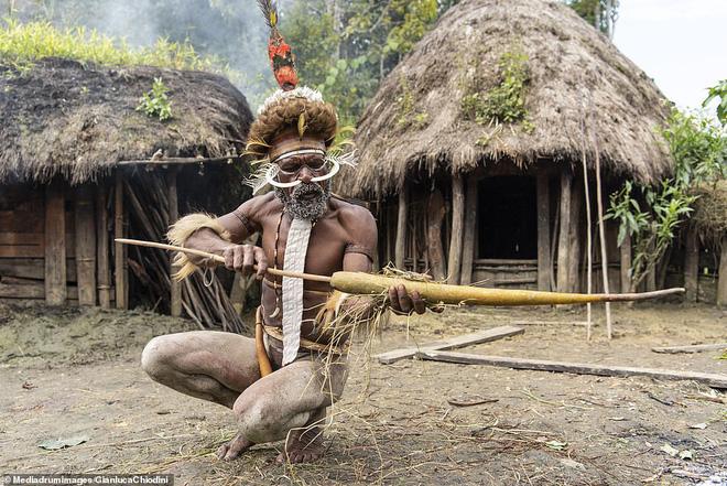 Bộ tộc có tập tục mai táng kỳ lạ nhất thế giới: Hun khói tổ tiên mỗi ngày để bảo quản xác, phụ nữ phải chặt một đốt tay khi người thân qua đời - Ảnh 4.