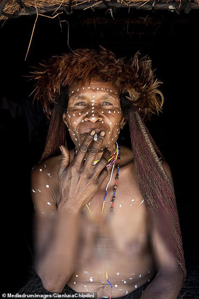 Bộ tộc có tập tục mai táng kỳ lạ nhất thế giới: Hun khói tổ tiên mỗi ngày để bảo quản xác, phụ nữ phải chặt một đốt tay khi người thân qua đời - Ảnh 6.