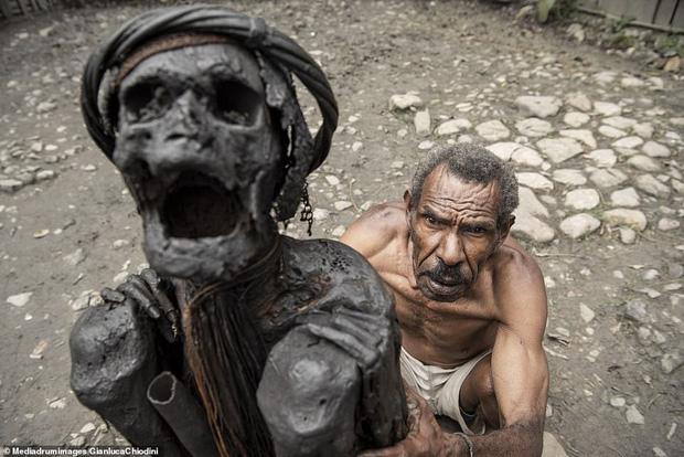 Bộ tộc có tập tục mai táng kỳ lạ nhất thế giới: Hun khói tổ tiên mỗi ngày để bảo quản xác, phụ nữ phải chặt một đốt tay khi người thân qua đời - Ảnh 7.
