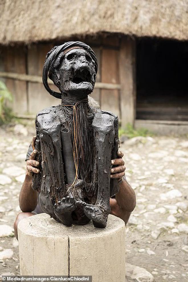 Bộ tộc có tập tục mai táng kỳ lạ nhất thế giới: Hun khói tổ tiên mỗi ngày để bảo quản xác, phụ nữ phải chặt một đốt tay khi người thân qua đời - Ảnh 8.