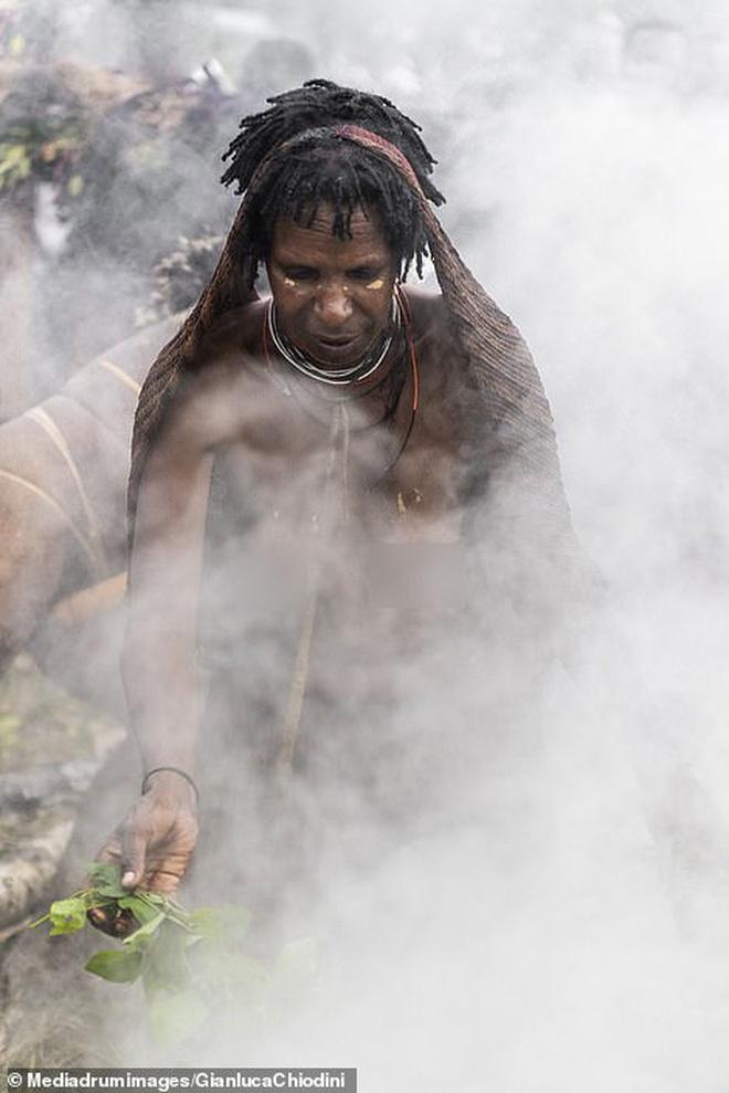 Bộ tộc có tập tục mai táng kỳ lạ nhất thế giới: Hun khói tổ tiên mỗi ngày để bảo quản xác, phụ nữ phải chặt một đốt tay khi người thân qua đời - Ảnh 9.