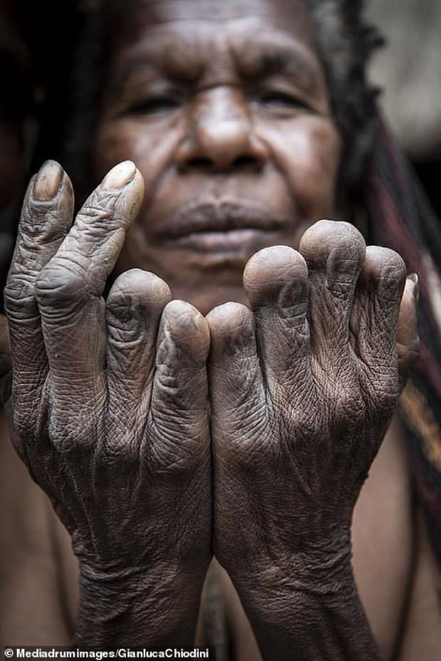 Bộ tộc có tập tục mai táng kỳ lạ nhất thế giới: Hun khói tổ tiên mỗi ngày để bảo quản xác, phụ nữ phải chặt một đốt tay khi người thân qua đời - Ảnh 10.