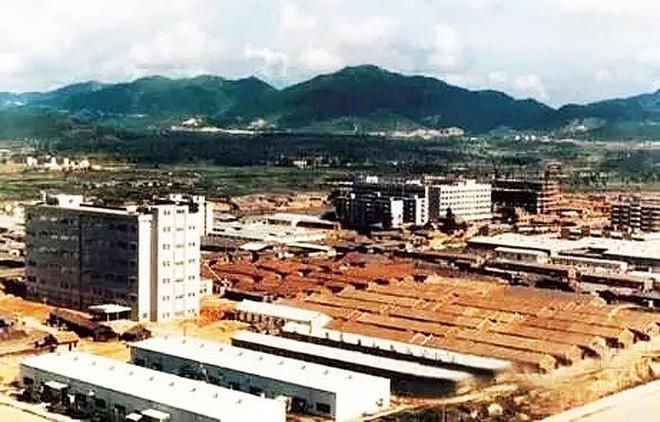Hoa Cường Bắc - Khu chợ điện tử nổi tiếng nhất Trung Quốc nay bị nhuộm hồng bởi đồ mỹ phẩm - Ảnh 1.