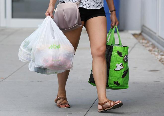 Túi nhựa tái sử dụng hóa ra không thực sự bảo vệ môi trường, mà chỉ làm vấn đề tồi tệ hơn - Ảnh 2.