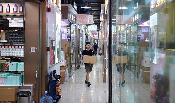 Hoa Cường Bắc - Khu chợ điện tử nổi tiếng nhất Trung Quốc nay bị nhuộm hồng bởi đồ mỹ phẩm - Ảnh 3.