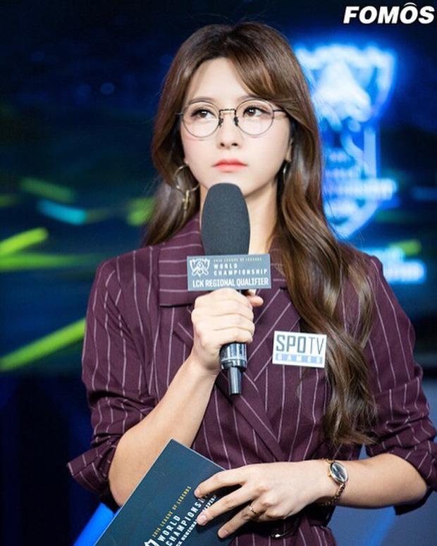 Vẻ đẹp nghiêng nước nghiêng thành của thiên thần LCK Kim Su-hyeon - Ảnh 7.