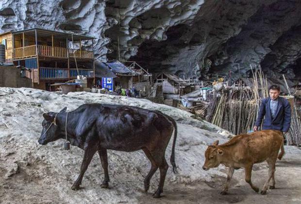 Ngôi làng đặc biệt của Trung Quốc: Khép kín hoàn toàn trong một hang động khổng lồ, chứa một trường học và khu du lịch sinh thái - Ảnh 5.