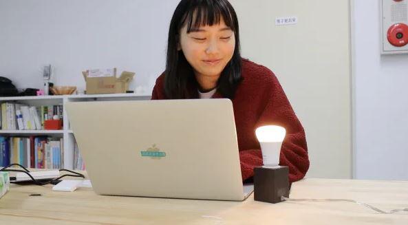 Giáng sinh cô đơn, YouTuber chế luôn chiếc bóng đèn thông minh, cứ thấy đôi nào thông báo chia tay trên mạng là phát sáng cho chủ nhân hả hê - Ảnh 4.