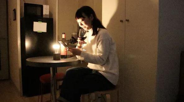 Giáng sinh cô đơn, YouTuber chế luôn chiếc bóng đèn thông minh, cứ thấy đôi nào thông báo chia tay trên mạng là phát sáng cho chủ nhân hả hê - Ảnh 3.