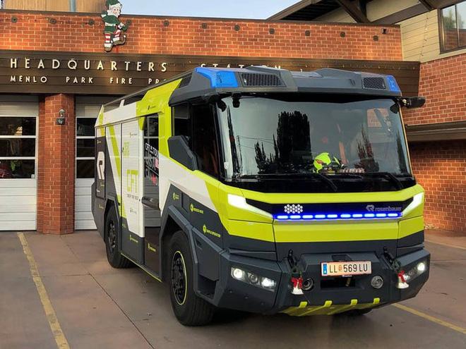 Chiếc xe cứu hỏa này trị giá 1,1 triệu USD và đây là lý do tại sao nó đắt đỏ tới như vậy - Ảnh 3.