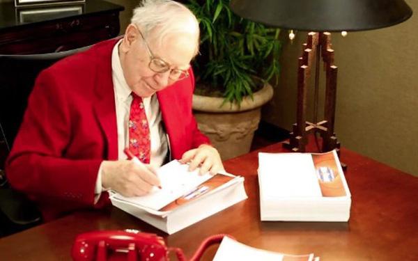 Cưới xong mới biết bố chồng là tỷ phú, con dâu Warren Buffett liền in luôn báo cáo tài chính của công ty riêng làm quà Giáng sinh cho ông - Ảnh 1.