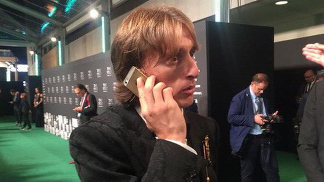 Siêu sao bóng đá Didier Drogba dùng iPhone 6s - Ảnh 2.
