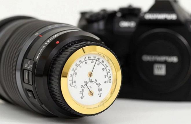 Bạn sẽ chẳng cần phải mua ẩm kế, nhiệt kế cho hộp đựng máy ảnh nữa vì với chiếc nắp ống kính này, mọi thứ đã quá đủ - Ảnh 1.