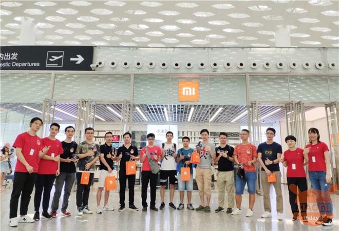 Khô máu với Huawei, Xiaomi mở cửa đồng loạt 100 cửa hàng tại Trung Quốc - Ảnh 1.