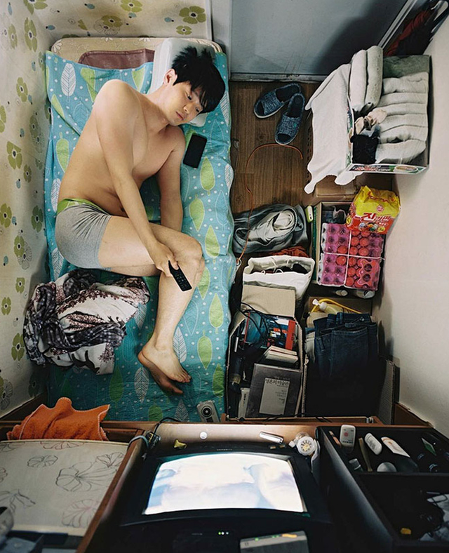 Bộ ảnh lột tả sự thật trần trụi về một tầng lớp người Hàn Quốc sống trong những căn nhà hộp chật chội, tù túng đến nghẹt thở - Ảnh 1.