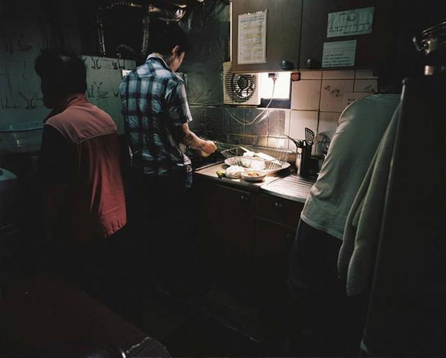 Bộ ảnh lột tả sự thật trần trụi về một tầng lớp người Hàn Quốc sống trong những căn nhà hộp chật chội, tù túng đến nghẹt thở - Ảnh 7.