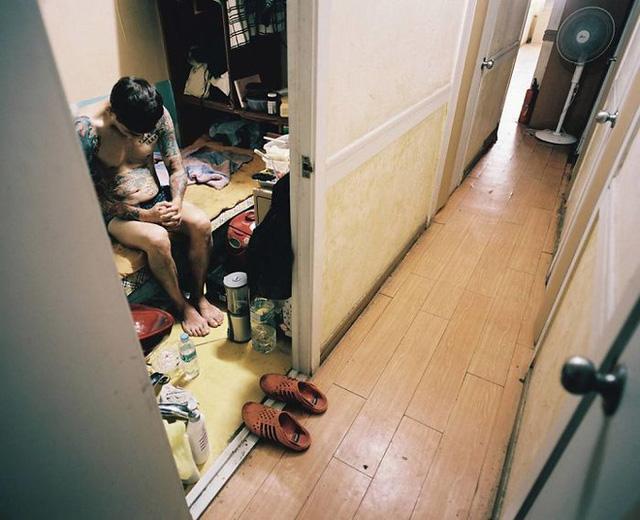 Bộ ảnh lột tả sự thật trần trụi về một tầng lớp người Hàn Quốc sống trong những căn nhà hộp chật chội, tù túng đến nghẹt thở - Ảnh 8.