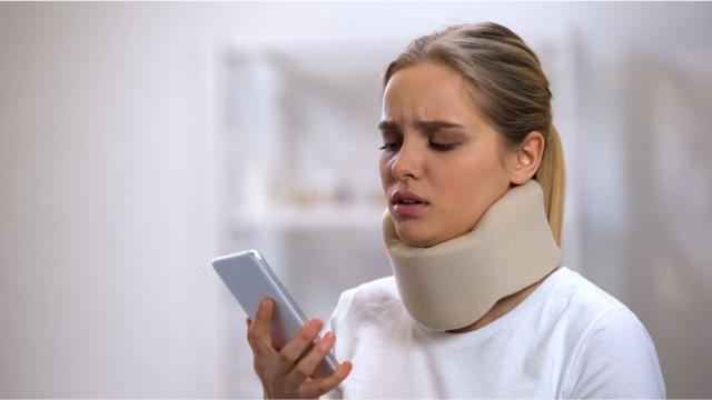 Kể từ khi iPhone ra mắt năm 2007, số ca chấn thương vùng đầu liên quan đến điện thoại di động đã tăng vọt - Ảnh 1.