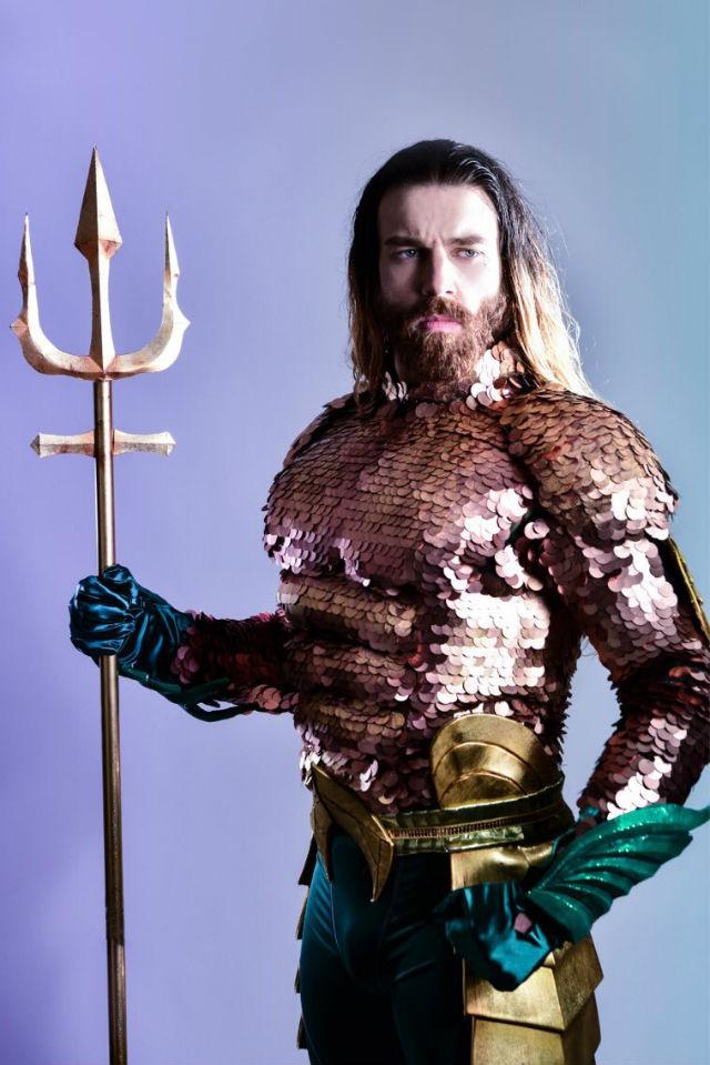 Cười ra nước mắt với loạt ảnh cosplay Hoàng tử Thủy Tề Aquaman mình đầy vảy cá - Ảnh 1.