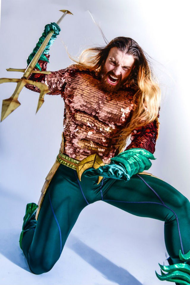 Cười ra nước mắt với loạt ảnh cosplay Hoàng tử Thủy Tề Aquaman mình đầy vảy cá - Ảnh 2.