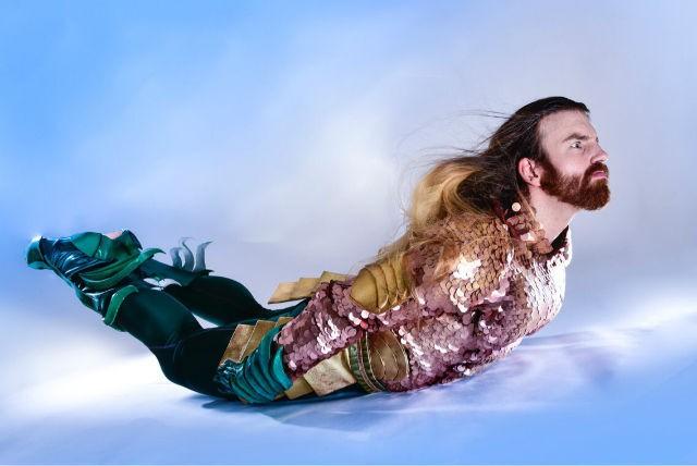 Cười ra nước mắt với loạt ảnh cosplay Hoàng tử Thủy Tề Aquaman mình đầy vảy cá - Ảnh 3.