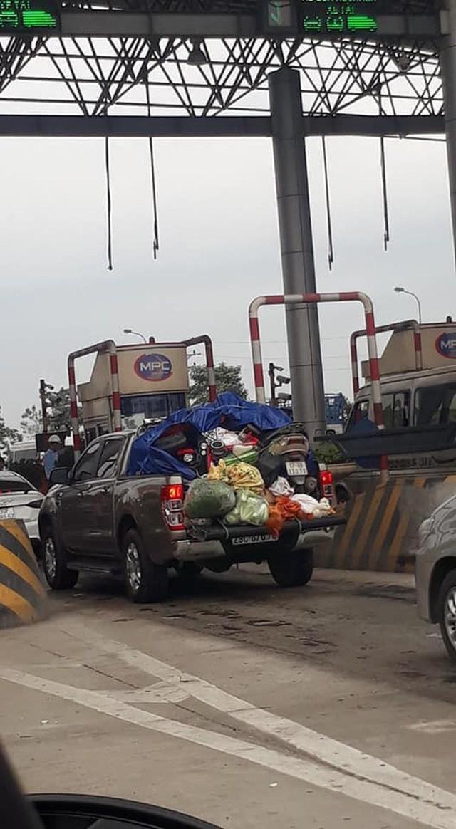 Hình ảnh chuyến xe chở cả quê hương quay lại Thủ đô sau kỉ nghỉ Tết Nguyên đán khiến nhiều người bật cười - Ảnh 2.