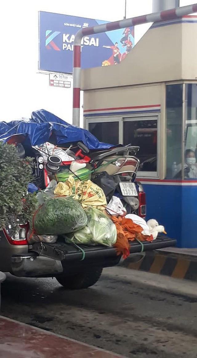 Hình ảnh chuyến xe chở cả quê hương quay lại Thủ đô sau kỉ nghỉ Tết Nguyên đán khiến nhiều người bật cười - Ảnh 3.