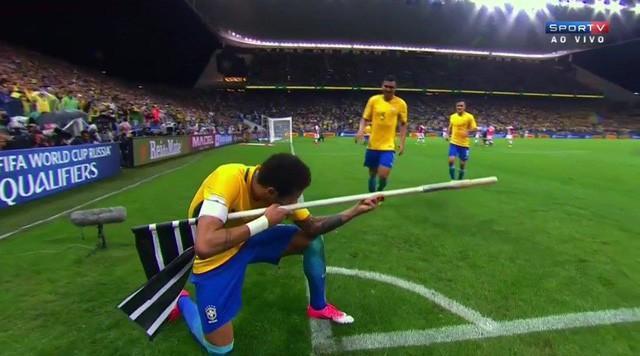 Siêu sao Neymar khoe kỹ năng bắn súng siêu hạng, một mình lật kèo giết 5 trong CSGO - Ảnh 1.