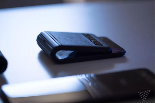 [MWC 2019] Đến lượt TCL tung smartphone màn hình gập: gập dạng vỏ sò, không cho dùng thử, giá chỉ 1.000 USD - Ảnh 2.