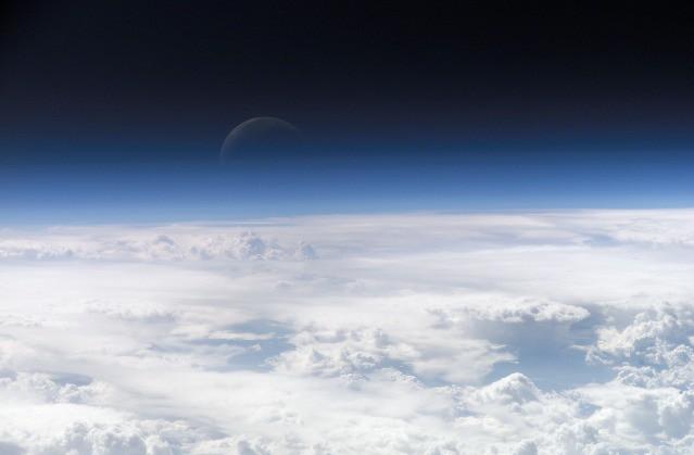 Khám phá mới: Tầng khí quyển của Trái Đất trùm lấy cả Mặt Trăng - Ảnh 1.