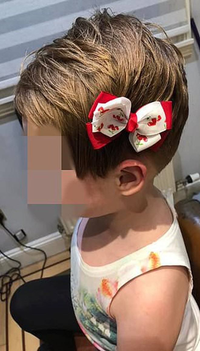 Một bé gái 5 tuổi bị tẩy não, tự cắt tóc mình vì nằng nặc nghe theo lời video độc hại trên YouTube - Ảnh 2.