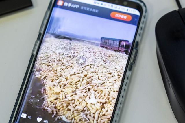 Nông dân ở vùng nông thôn trở thành ngôi sao trên ứng dụng live-stream, các thương nhân Trung Quốc chỉ cần xem video và dự đoán xu hướng giá nông sản - Ảnh 1.