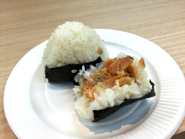 Nhật Bản ra mắt cơm nắm dạng... bịch mút cho những ai muốn ăn uống kiểu gọn gàng - Ảnh 1.