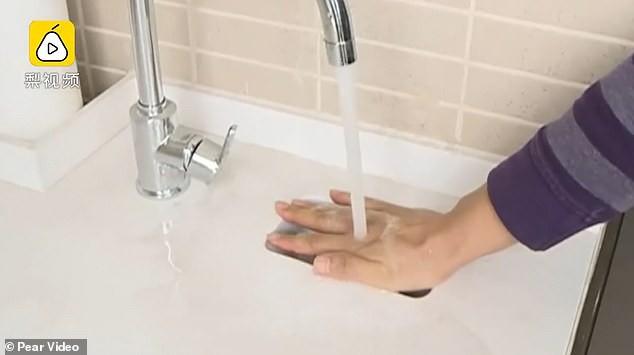 Chi nhiều tỷ mua nhà xịn, người đàn ông Trung Quốc được ngay bồn rửa mặt bé như smartphone - Ảnh 2.