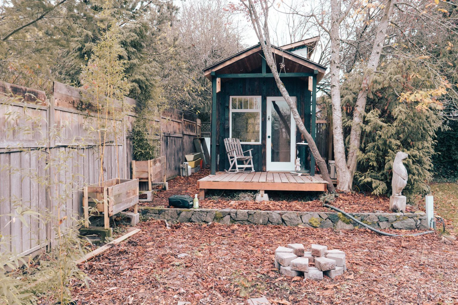 Tham quan ngôi nhà chưa tới 10m2 của một nhiếp ảnh gia Canada, với triết lý sống không xanh và sạch - Ảnh 1.