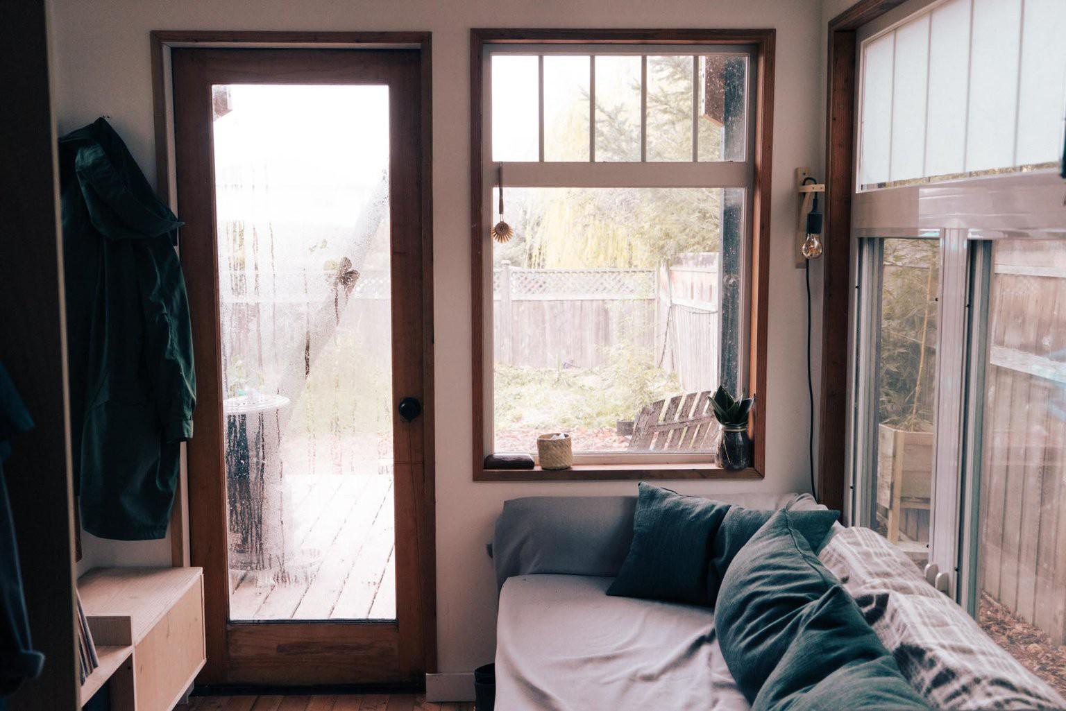 Tham quan ngôi nhà chưa tới 10m2 của một nhiếp ảnh gia Canada, với triết lý sống không xanh và sạch - Ảnh 8.