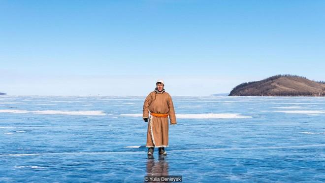 Lễ hội trên hồ đóng băng kỳ lạ của người Mông Cổ: Lạnh kinh hoàng nhưng đẹp đến mê mẩn - Ảnh 2.