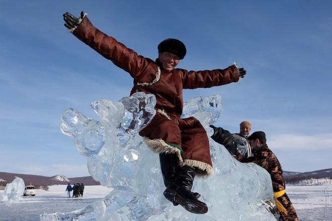 Lễ hội trên hồ đóng băng kỳ lạ của người Mông Cổ: Lạnh kinh hoàng nhưng đẹp đến mê mẩn - Ảnh 16.